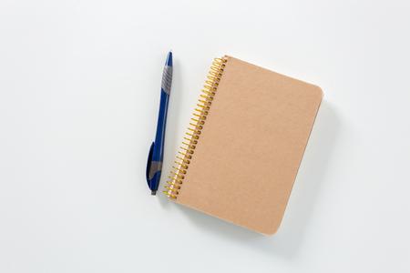 Notitieboekje op een witte achtergrond
