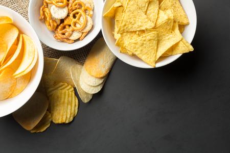 塩味のスナック。プレッツェル、チップ、クラッカー