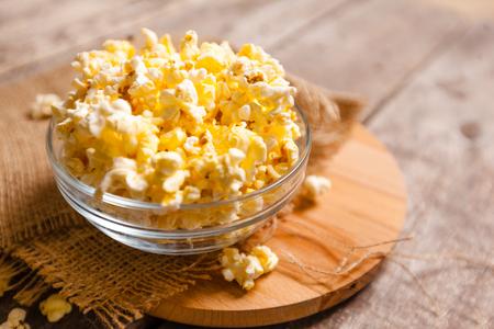 Saltare il popcorn sul tavolo di legno