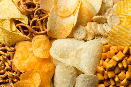 Zoute snacks. Pretzels, chips, crackers Stockfoto