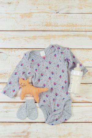 작은 아기 소녀를위한 패션 유행 옷과 아이들 물건 세트 스톡 콘텐츠