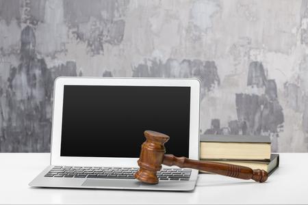 Laptop en houten hamer op tafel