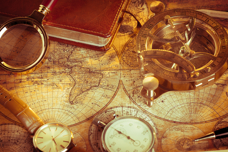 reloj de sol: Old vintage compass and travel instruments on ancient map