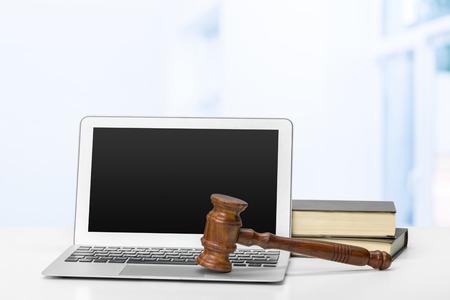 ノート パソコンとテーブルの上マレット