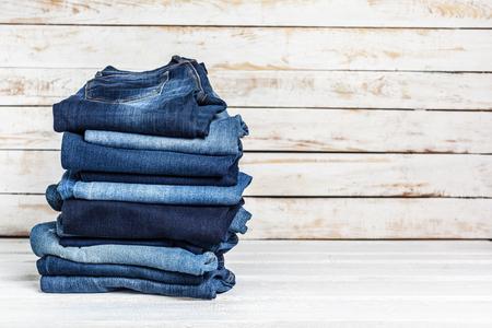 Jeans auf Holzuntergrund