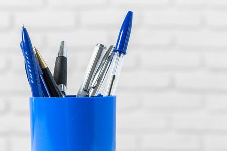 ball pens stationery: Plumas o herramientas de escritura en la mesa blanca