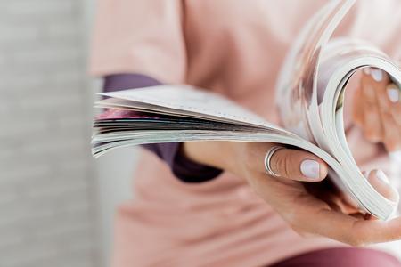 雑誌を読んでいる女性 写真素材