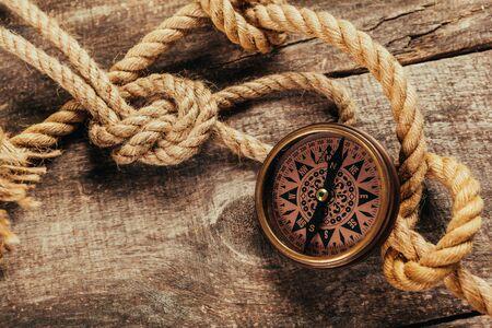 schip touw en kompas op houten achtergrond