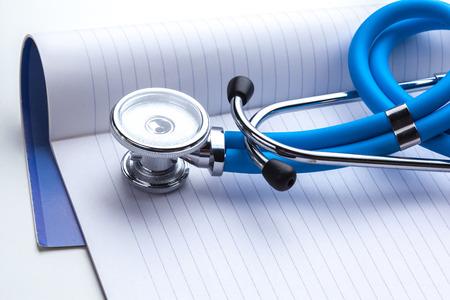 Leeg voorschrift die op lijst met stethoscoop liggen