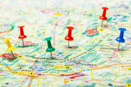 Reisezielpunkte auf einer Karte mit bunten Reißzwecken angezeigt