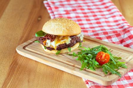 Burger savoureux et appétissant Banque d'images - 85988419