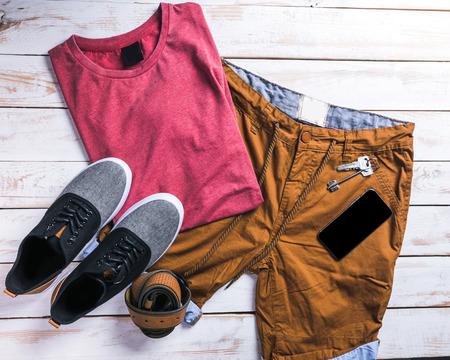 Coole Mode lässig Männer Outfit auf Holztisch Standard-Bild - 86088411