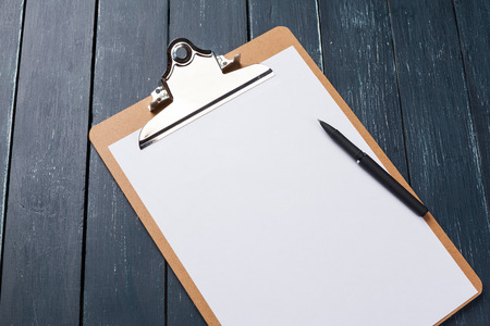 Klembord op hout achtergrond