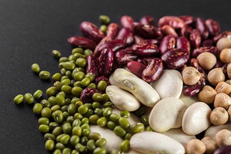 legumbres secas: Mezcla de frijoles en la mesa de madera