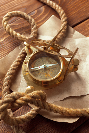 voyage: Compass and rope on wooden table. close up Banque d'images
