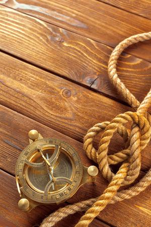 Kompas en touw op houten tafel. detailopname Stockfoto