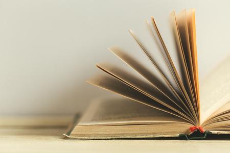 Zusammensetzung mit Büchern auf dem Tisch Standard-Bild - 87664822