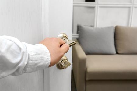男はドアを開けてください。