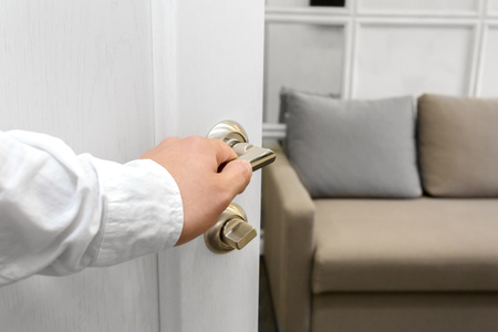 Man opent de deur