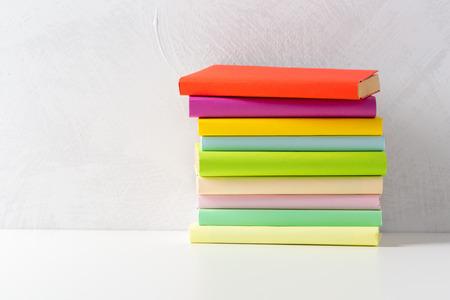 Pila de libros de bolsillo sobre una mesa Foto de archivo - 87687029