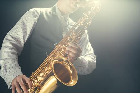 Young man playing the Saxophone Standard-Bild