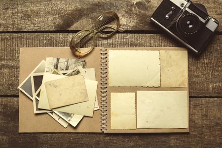 oude foto's op de houten tafel Stockfoto