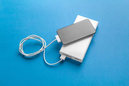Telefon Handy mit Batteriebank verbinden Standard-Bild - 104973518