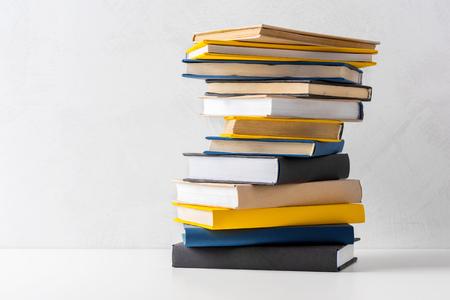 pila de libros de bolsillo sobre una mesa