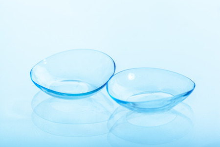 Kontaktlinse auf blauem Hintergrund