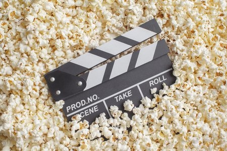 Movie Clapper Board in popcorn Stockfoto
