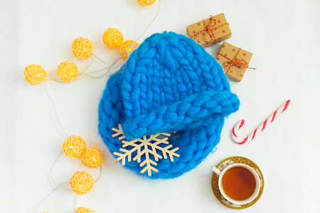 Blue knitted hat in composition Stockfoto