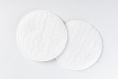 Tampons de coton isolés sur fond blanc