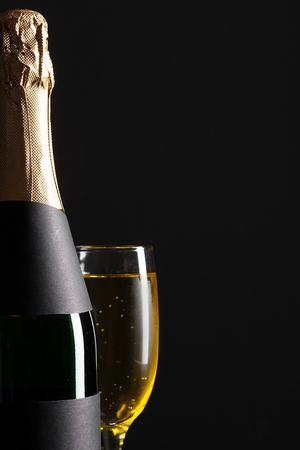 verre à vin champagne et bouteille sur fond noir Banque d'images