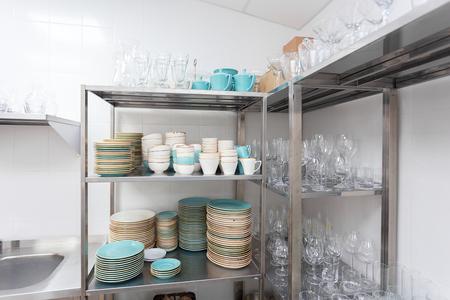 Platos apilados en un restaurante Foto de archivo