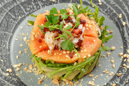 Citrus green salad with salmon, grapefruit and avocado. Banque d'images
