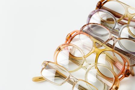 anteojos aislados en blanco