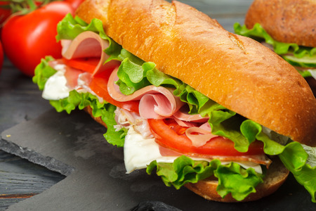 sándwich en una mesa de madera Foto de archivo