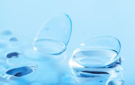 Kontaktlinsen mit Wassertropfen