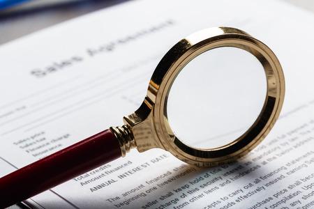 Vergrootglas en document close-up Stockfoto