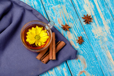 Cup with aromatic hot cinnamon tea on wooden table 免版税图像