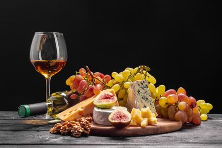 Wein und Käse auf dem Tisch Standard-Bild