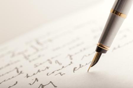 Pluma estilográfica en página escrita