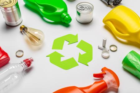 Concepto de eco con símbolo de reciclaje en la vista superior del fondo de la tabla Foto de archivo