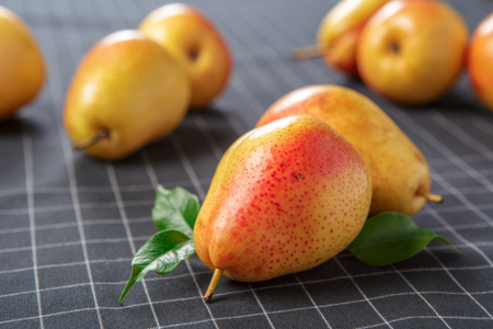 organic pears laying down on a lightly dotted kitchen cloth 免版税图像