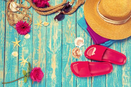 Composition lumineuse d'accessoires de plage féminins sur fond de bois bleu Banque d'images
