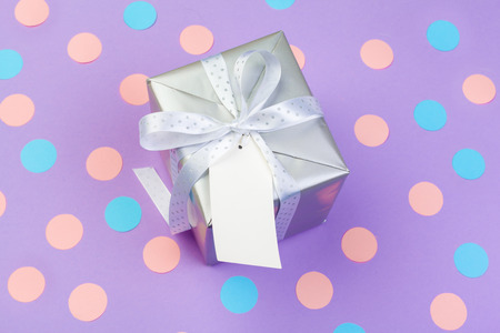 gift box on color background top view 版權商用圖片