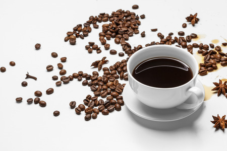 Coffee cup and beans on a white background 免版税图像