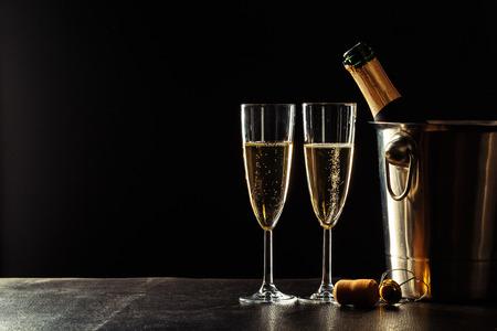 Champagne op de zwarte achtergrond
