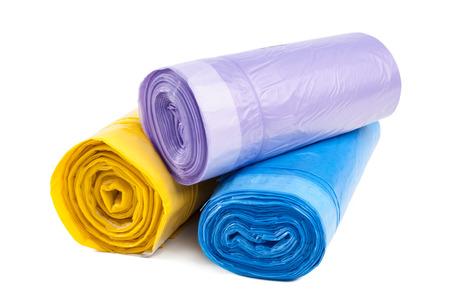 rolka plastikowych worków na śmieci na białym tle