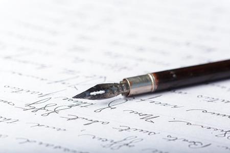 Stylo plume sur une ancienne lettre manuscrite